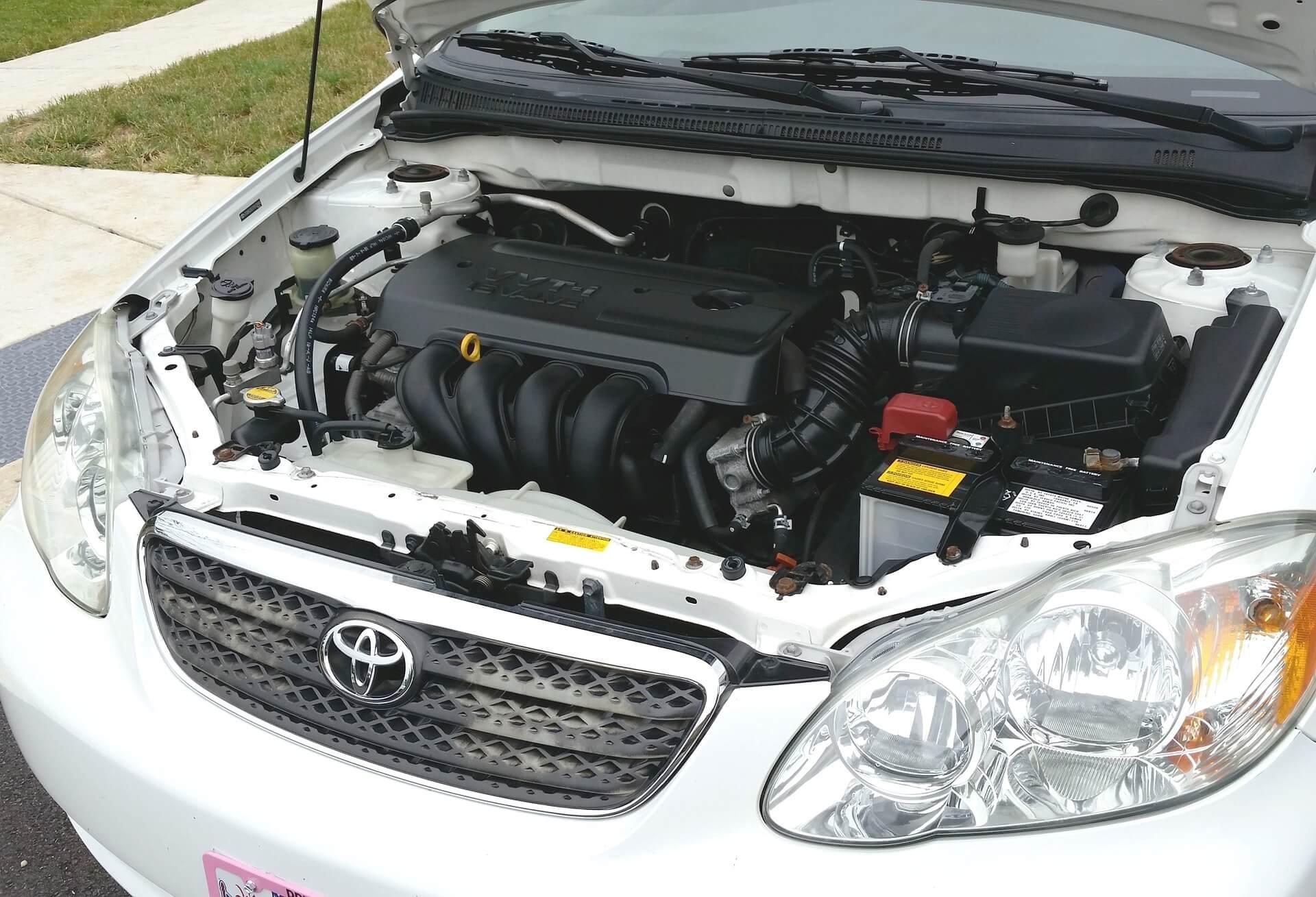 Carro com capô aberto, expondo a melhor bateria para carro.