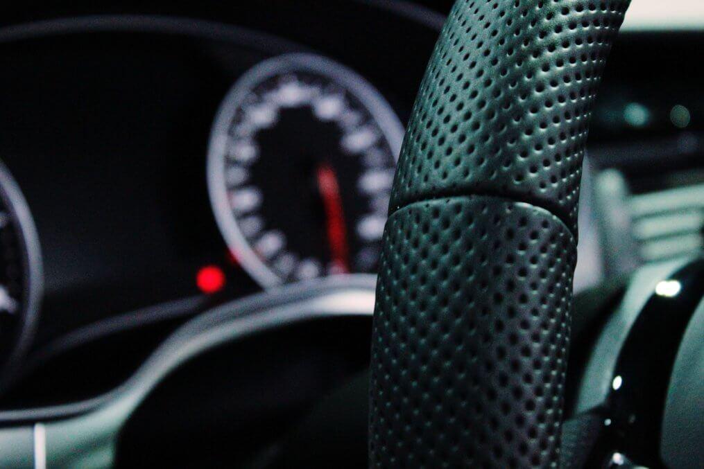 volante de carro com sistema start stop