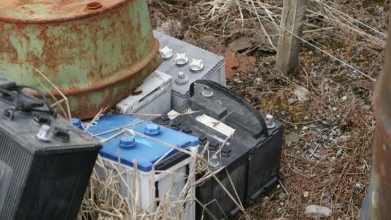 tipos de baterias, como as baterias estacionárias, em um depósito de lixo