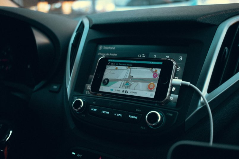 Imagem de um motorista que já sabe como colocar wifi no carro e como utilizar apps