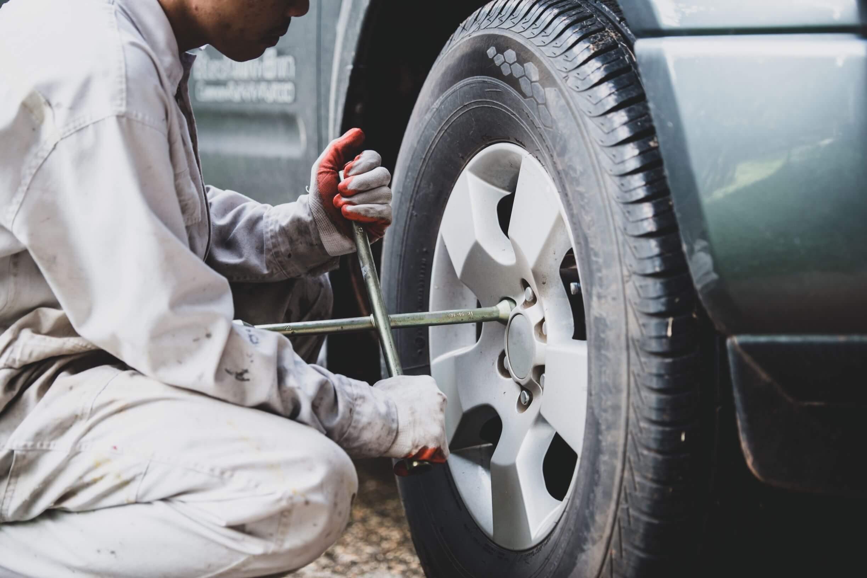 Mecânico trocando o pneu de um carro