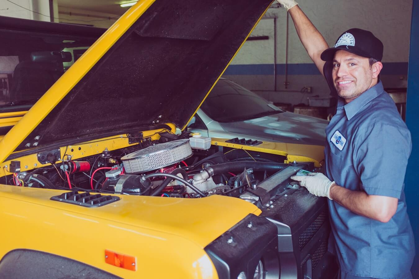 Mecânico olhando o motor de Jeep